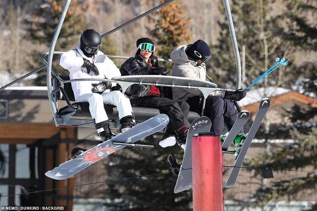 Kim Kardashian cùng chồng con đi trượt tuyết - Ảnh 10.