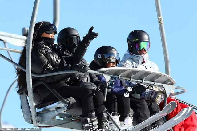 Kim Kardashian cùng chồng con đi trượt tuyết - Ảnh 11.