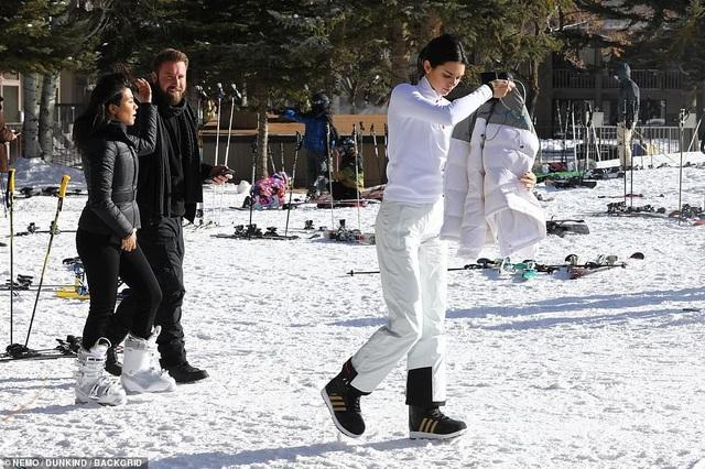 Kim Kardashian cùng chồng con đi trượt tuyết - Ảnh 12.