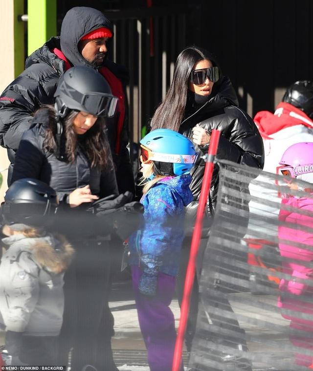 Kim Kardashian cùng chồng con đi trượt tuyết - Ảnh 15.