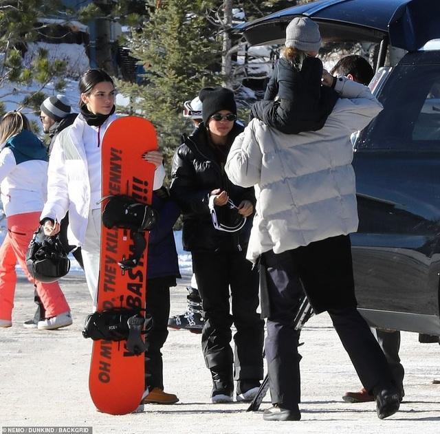Kim Kardashian cùng chồng con đi trượt tuyết - Ảnh 17.