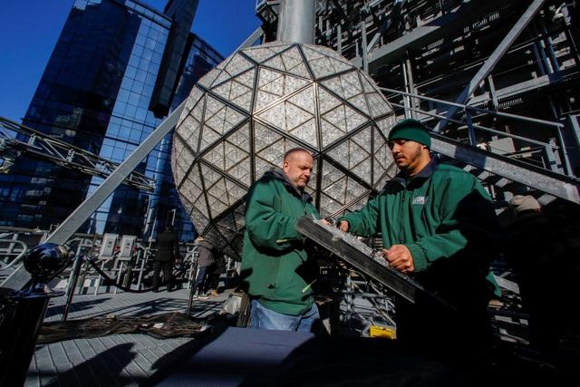 Quả cầu pha lê biểu tượng của nước Mỹ được đặt tại Quảng trường Thời đại ở thành phố New York đã hoàn tất những công đoạn chuẩn bị cuối cùng trước đêm giao thừa vào ngày 31/12.