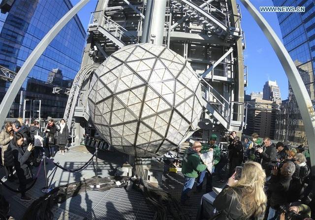 Quả cầu pha lê khổng lồ được chuẩn bị cho đêm giao thừa tại Quảng trường Thời đại. (Ảnh: Xinhua)