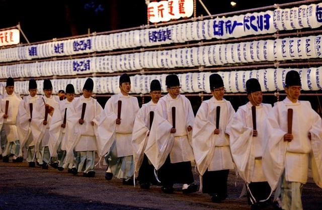 Các giáo sĩ Nhật Bản rời đền Meiji ở thủ đô Tokyo sau buổi thực hiện nghi lễ đón năm mới 2019. (Ảnh: Reuters)