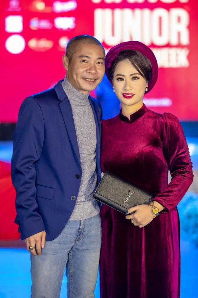 NSƯT Công Lý đến chúc mừng cô em thân thiết NTK Vân Trần.