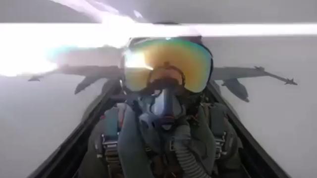 Khoảnh khắc sét đánh trúng máy bay chiến đấu của Kuwait (Ảnh: RT)