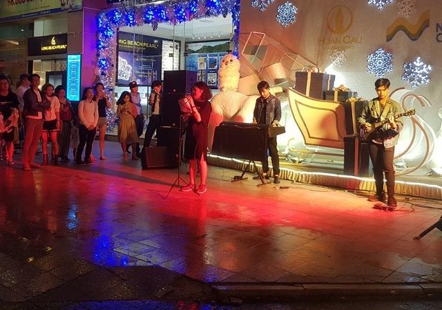 Một chương trình ca nhạc trên đường Trần Phú (TP Nha Trang) chào đón năm mới 2019 - (Ảnh: Viết Hảo)