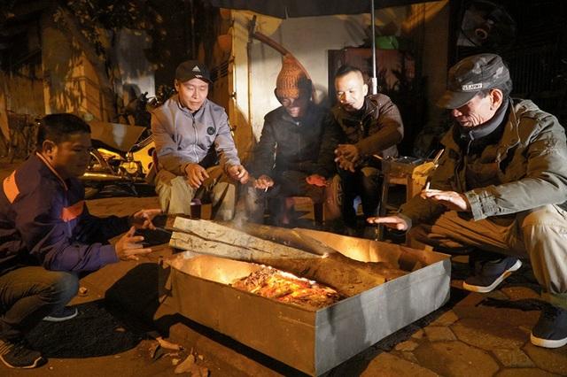 Cuộc sống mưu sinh trong đêm lạnh kỷ lục ở Hà Nội - Ảnh 2.