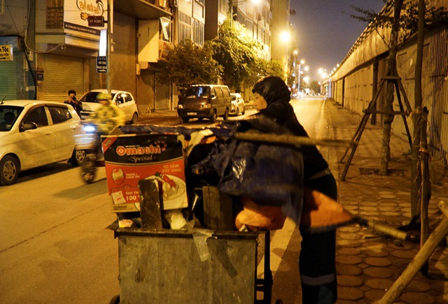 Cuộc sống mưu sinh trong đêm lạnh kỷ lục ở Hà Nội - Ảnh 3.