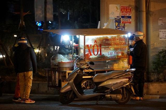 Cuộc sống mưu sinh trong đêm lạnh kỷ lục ở Hà Nội - Ảnh 5.