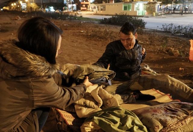 Cuộc sống mưu sinh trong đêm lạnh kỷ lục ở Hà Nội - Ảnh 8.
