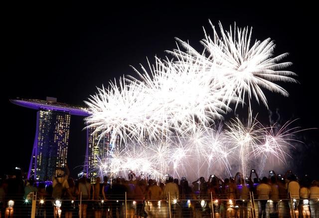 Pháo hoa được bắn trước thời khắc giao thừa tại Singapore. (Ảnh: Sky)