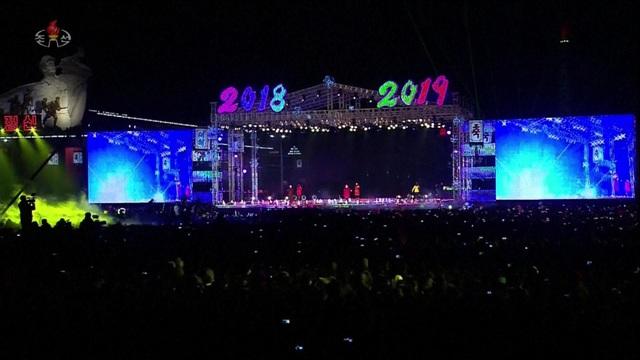 Sân khấu với màn hình lớn tại thủ đô Bình Nhưỡng. (Ảnh: Sky)