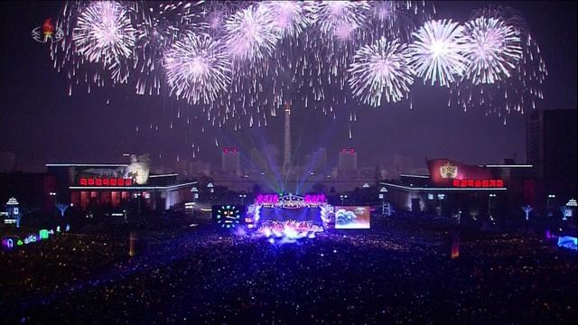 Pháo hoa rực rỡ trên bầu trời Triều Tiên trong đêm giao thừa. (Ảnh: Sky)