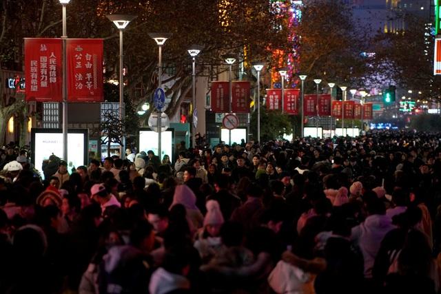Người dân chen chúc trên phố đi bộ tại Thượng Hải, Trung Quốc để đón thời khắc giao thừa. (Ảnh: Reuters)
