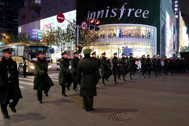 Cảnh sát Thượng Hải chuẩn bị công tác bảo đảm an ninh trong đêm giao thừa đón năm mới 2019. (Ảnh: Reuters)