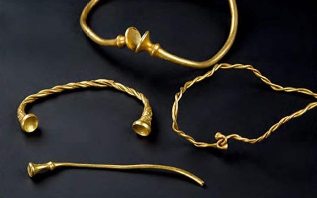 Bốn chiếc vòng xoắn là minh chứng cổ nhất về kim loại vàng của Thời đại đồ sắt từng được tìm thấy ở Anh đã được khai quật bởi 2 thợ săn kho báu nghiệp dư. (Nguồn: STAFFORDSHIRE COUNCIL)