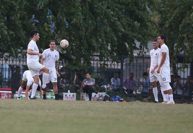 Tới Mỹ Đình, Philippines chỉ có 16 cầu thủ ra sân tập - 9