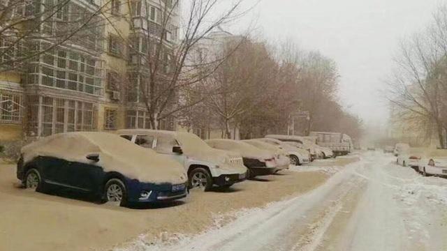 Hiện tượng tuyết vàng phủ kín khắp thành phố Urumqi, Tân Cương, Trung Quốc