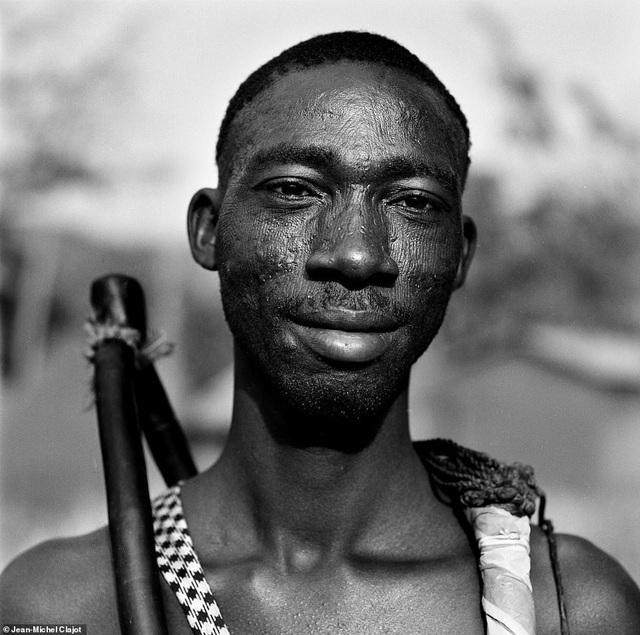 Mỗi họa tiết trên gương mặt đều phản ánh những nét riêng của từng bộ lạc, thậm chí là cả tôn giáo