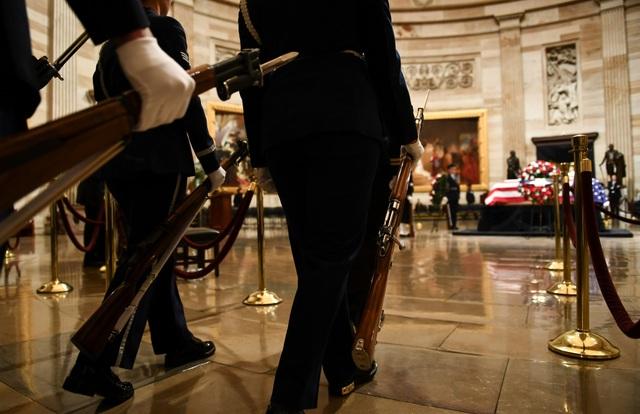 """Cố Tổng thống Bush """"cha"""" qua đời tại nhà riêng ở Houston vào ngày 30/11, 8 tháng sau khi người vợ của ông từ trần. Trong những năm tháng cuối đời, cố tổng thống đã nhiều lần phải nhập viện do mắc nhiều chứng bệnh khiến ông phải ngồi trên xe lăn và gặp khó khăn trong việc giao tiếp."""