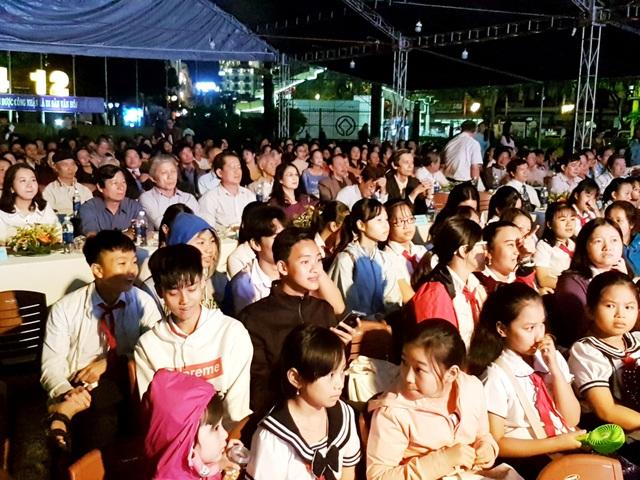 Đông đảo người dân và du khách tham dự buổi lễ