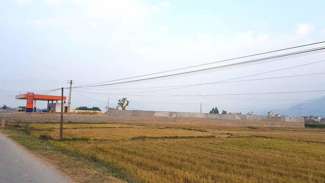 Đại công trình sừng sững giữa cánh đồng lúa khiến nhân dân đặt câu hỏi về chức năng quản lý của UBND huyện Lục Nam và UBND xã Bắc Lũng.