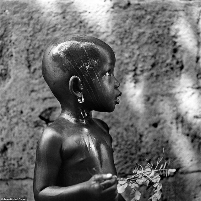 Tục khắc mặt đã tồn tại qua nhiều thế kỷ ở những bộ lạc thiểu số tại châu Phi