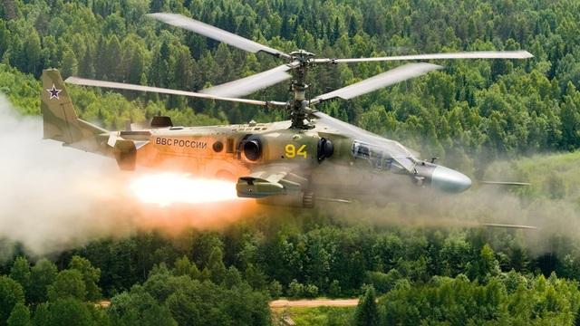 Có khả năng tác chiến ở độ cao và tốc độ nhanh ấn tượng, trực thăng tấn công Ka-52 của Nga sản xuất được coi là đối thủ ngang tầm với Apache của Mỹ. Hệ thống tên lửa chống hạm của Ka-52 có tầm tấn công ấn tượng cùng với lớp giáp chịu được đạn 23mm. Dàn hỏa lực trên Ka-52 rất mạnh mẽ, không thua kém phiên bản tiền nhiệm Ka-50. (Ảnh: Business Insider)
