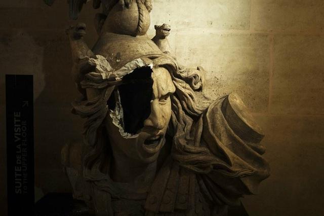 Bức tượng Marianne, biểu tượng của những giá trị tốt đẹp mà người Pháp hướng tới như tự do, bình đẳng và hữu nghị, cũng bị người biểu tình đập vỡ một bên mặt. (Ảnh: Voat)
