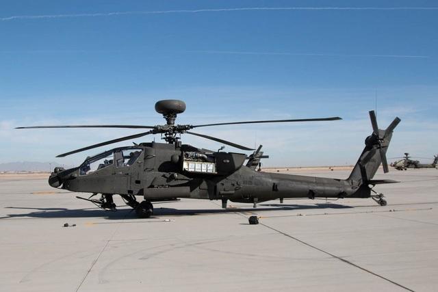 """AH-64 Apache là một trong những niềm tự hào của quân đội Mỹ khi nó được trang bị hàng loạt khí tài mạnh mẽ như tên lửa Hellfire """"lửa địa ngục"""" 70mm, súng máy tự động 30mm. Khả năng dò tìm mục tiêu của AH-64 rất ấn tượng và nó có thể hoạt động linh hoạt khi tác chiến. Phiên bản mới nhất AH-64E Guardian được cải tiến, nâng cao hiệu quả chiến đấu đáng kể. (Ảnh: Business Insider)"""