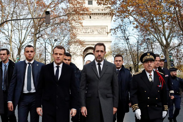 Trở về từ hội nghị Thượng đỉnh G20, Tổng thống Macron ngày 2/12 đã nhanh chóng tới thăm công trình. Ông chỉ trích những hành vi quá khích, bạo lực, trộm cắp làm ảnh hưởng tới cuộc sống của người dân. (Ảnh: Reuters)