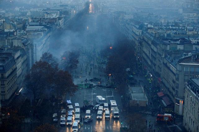 Ước tính có tới 75.000 người trên khắp nước Pháp đã tham gia vào cuộc biểu tình lần này khiến thủ đô Paris và nhiều nơi khác bị tê liệt. Đây là cuộc biểu tình lớn nhất trong 50 năm qua tại Pháp, được coi là phong trào tự phát nhằm phản đối chính sách tăng thuế và tăng giá xăng của chính quyền Tổng thống Pháp Emanuel Macron. (Ảnh: Reuters)