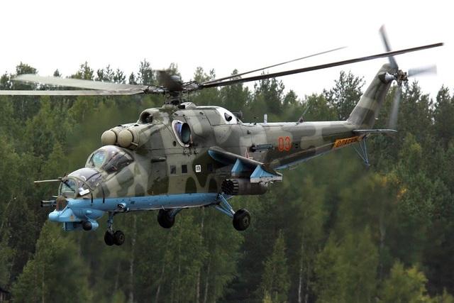 """Mi-24 sở hữu tên lửa chống tăng không quá uy lực so với đối thủ hiện tại, nhưng nó rất hiệu quả khi tấn công lực lượng bộ binh đối phương. Trong thực chiến, súng máy 30mm của Mi-24 có thể tiêu diệt gọn gàng đối phương, trong khi lớp giáp dày dặn giúp nó gần như """"miễn nhiễm"""" với các loại hỏa lực đất đối không của bộ binh. Ngoài ra, Mi-24 của Nga sản xuất có thể trở thành trực thăng vận tải. (Ảnh: Wikipedia)"""