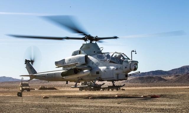 Bell AH-1Z Viper đã được Mỹ nâng cấp rất nhiều lần kể từ phiên bản gốc. Nó sở hữu tên lửa hellfire có thể tiêu diệt xe tăng đối thủ và chiến hạm, trong khi các súng máy 20mm có thể tấn công hiệu quả các phương tiện hạng nhẹ. Tên lửa Sidewinder cho phép Viper tấn công mục tiêu đối thủ từ khoảng cách đáng kể. (Ảnh: Quân đội Mỹ)