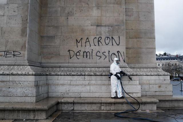Dòng chữ nguệch ngoạc viết bằng sơn trên tường Khải Hoàn Môn với thông điệp kêu gọi ông Macron từ chức.