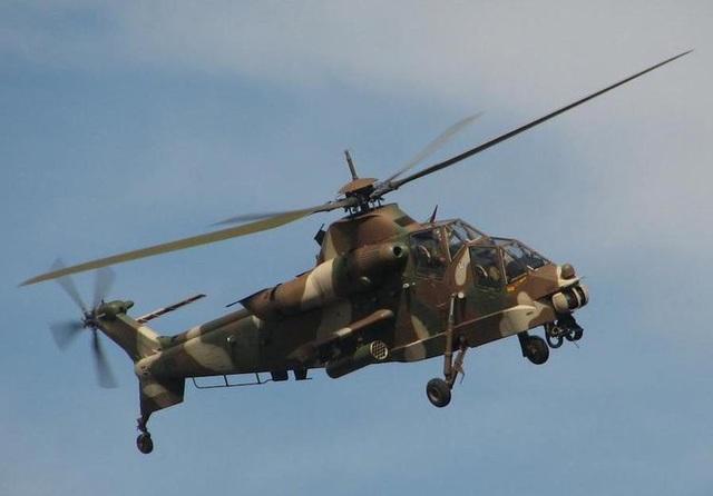 AH-2 Rooivalk là trực thăng của Nam Phi sử dụng công nghệ tàng hình, chống vũ khí tác chiến điện tử và hệ thống giáp uy lực có thể tạo nên lợi thế lớn trong tác chiến. Dàn hỏa lực trên trực thăng này bao gồm súng máy 20mm, tên lửa TOW, tên lửa chống tăng ZT-6 Mokopa. (Ảnh: Wikipedia)