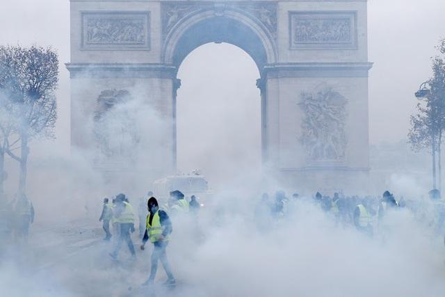 """Khải Hoàn Môn, công trình xây dựng từ thế kỷ 19, từng chứng kiến chiến thắng của nước Pháp, là nơi an nghỉ của nhiều người lính vô danh đã hy sinh trong 2 cuộc Thế chiến, nay trở thành """"nạn nhân"""" của cuộc bạo động tồi tệ nhất trong nhiều thập niên. Giới quan sát cho rằng, việc tăng thuế xăng dầu chỉ như """"giọt nước tràn ly"""" và những người biểu tình dường như đã có sự bất mãn nói chung với chính sách kinh tế trong thời gian qua. (Ảnh: Timeslive)"""