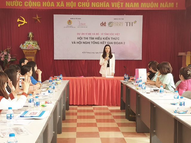 """Kết thúc chương trình, Bà Trần Thị Như Trang - Giám đốc Quỹ VTVV phát biểu bế mạc Hội nghị tổng kết: """"Quỹ Vì Tầm Vóc Việt xác định việc chăm sóc dinh dưỡng, sức khỏe sinh sản và sức khỏe tinh thần cho NLĐ trong độ tuổi sinh sản chính là tiền đề đảm bảo tầm vóc cho các thế hệ trẻ trong tương lai. Thành quả đã đạt được trong hai giai đoạn vừa qua của dự án """"Vì mẹ và bé - Vì tầm vóc Việt là tiền đề và động lực để đơn vị triển khai tiếp tục mở rộng địa bàn dự án đến nhiều người hưởng lợi hơn nữa trong thời gian sắp tới."""