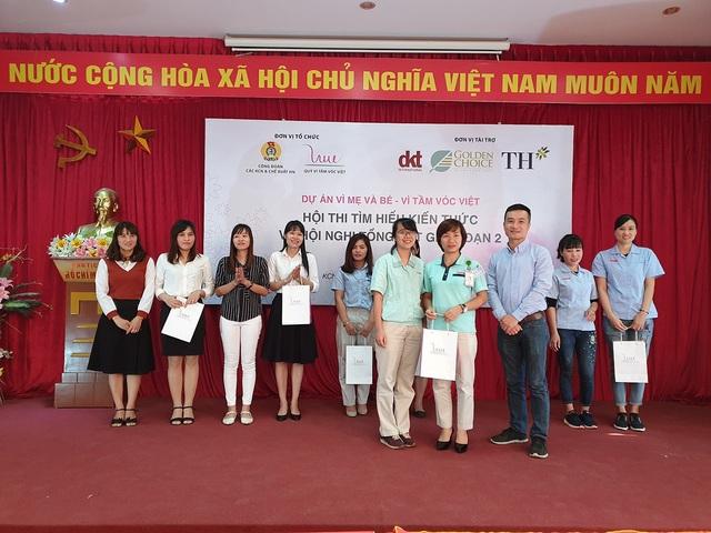 Ông Nguyễn Hữu Việt (thứ ba từ bên phải) - Đại diện Tổ chức DKT International Inc, trao giải nhất trị giá 3 triệu đồng cho đội thi đến từ Công ty Canon Việt Nam.