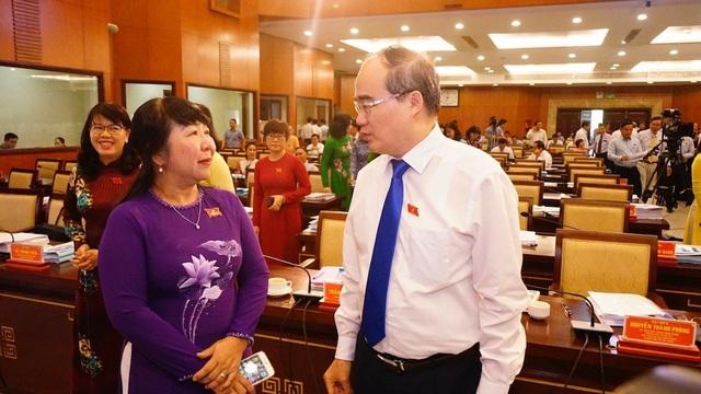 Bí thư Nguyễn Thiện Nhân trao đổi với đại biểu bên lề kỳ họp
