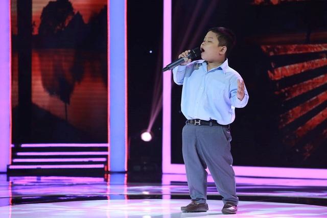Cậu bé 7 tuổi Bùi Quốc Huy khiến ban bình luận tan chảy với biệt tài hát bolero.