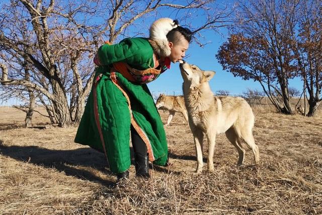 Làm mẹ của bầy sói, cô gái khiến 3 người bạn trai lần lượt chia tay vì quá sợ hãi - 1