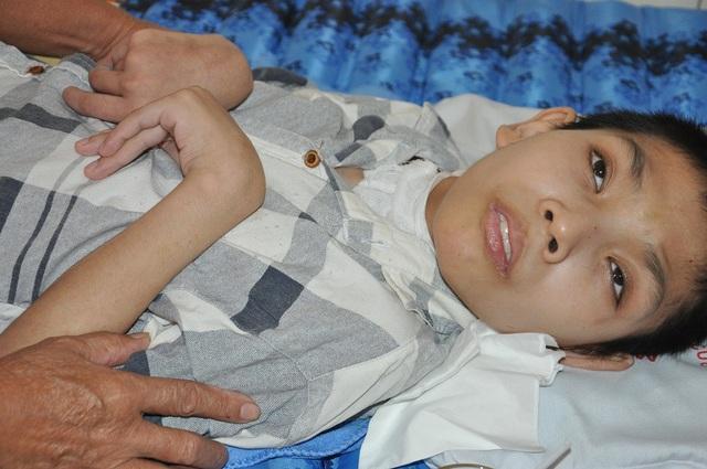 Từ 1 cậu bé khỏe mạnh, Trường phải chịu di chứng nặng nề.