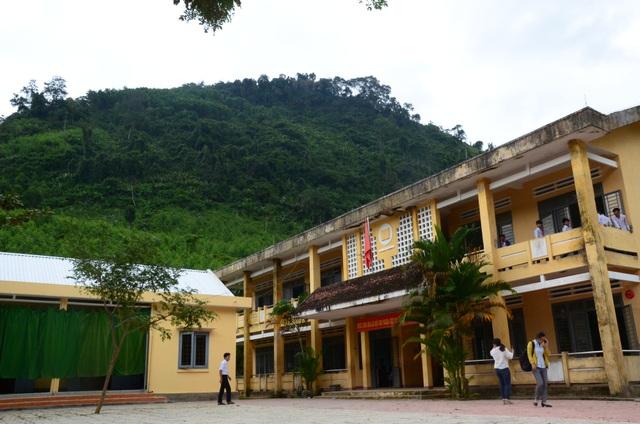 Trường Tiểu học & THCS Ba Giang nằm dưới chân núi Voang Mo Ơn có nguy cơ bị sạt lở bất cứ lúc nào.