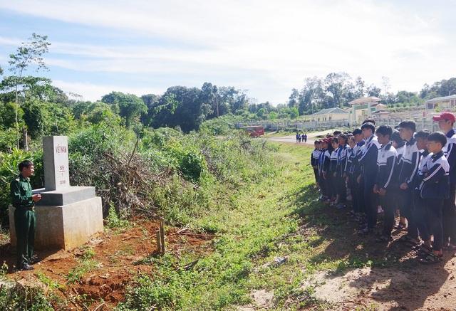 Tiết học do những chiến sĩ biên phòng đứng lớp, lớp học ở ngay cạnh những cột mốc biên giới