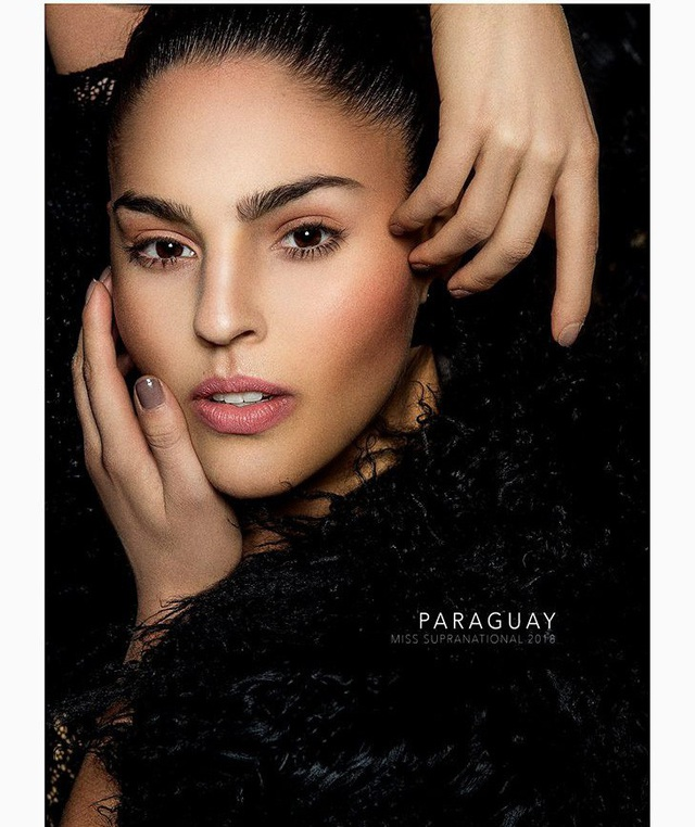 Ana Paula Cespedes chinh phục người xem với gương mặt đẹp và biểu cảm tốt. Người đẹp Paraguay năm nay 21 tuổi, sở hữu chiều cao 1,70 m.