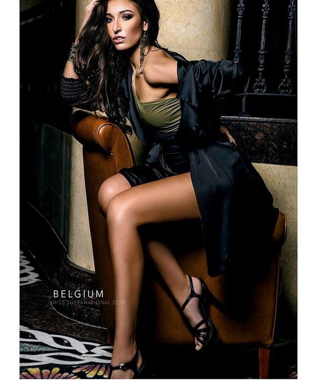 Dhenia Covens để lại không ít ấn tượng trong bức hình được chụp bởi nhiếp ảnh gia Raymond Saldana. Cô giành ngôi Á hậu 2 ở cuộc thi Hoa hậu Bỉ 2018 và được cử chinh chiến tại đấu trường Miss Supranational. Hiện, Dhenia Covens 25 tuổi và sở hữu chiều cao 1,75 m. Ở quê nhà, cô là người mẫu kiêm chuyên gia trang điểm.