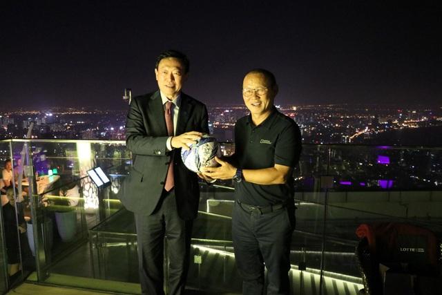 Chủ tịch Tập đoàn Lotte Hàn Quốc gặp mặt HLV Park Hang Seo tại Việt Nam - 2