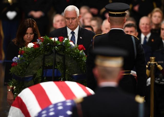 """Phát biểu trước linh cữu cố tổng thống tại nhà vòm, Phó Tổng thống Mike Pence đã tưởng nhớ những cống hiến của ông Bush và nhấn mạnh rằng ông """"chưa bao giờ từ chối đáp lại lời kêu gọi phụng sự đất nước""""."""